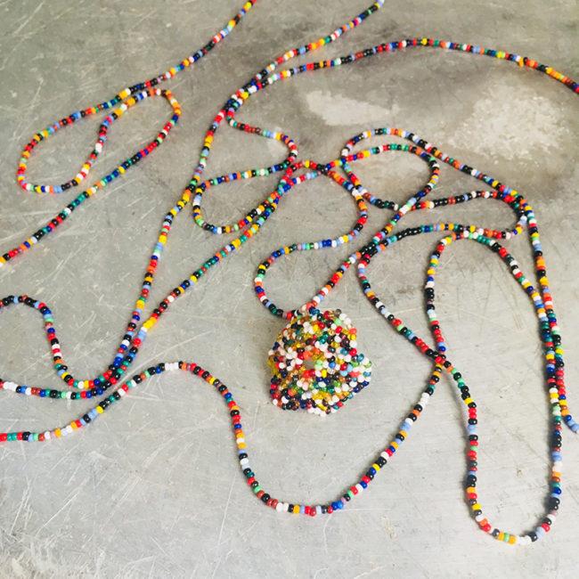 ambiance collier et bague multicolor
